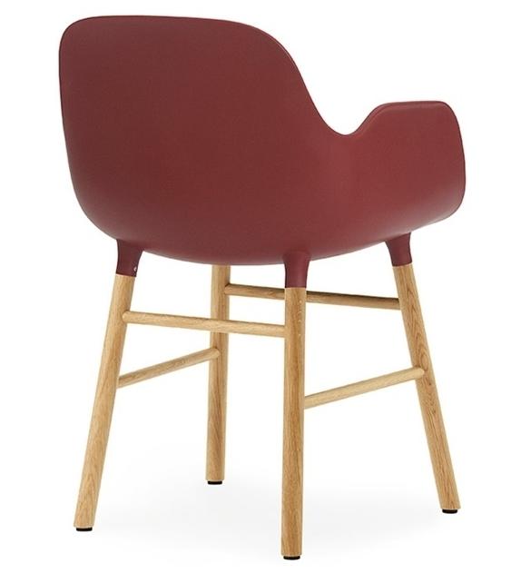 Form chaise avec pieds en bois normann copenhagen milia shop for Chaise avec pied bois