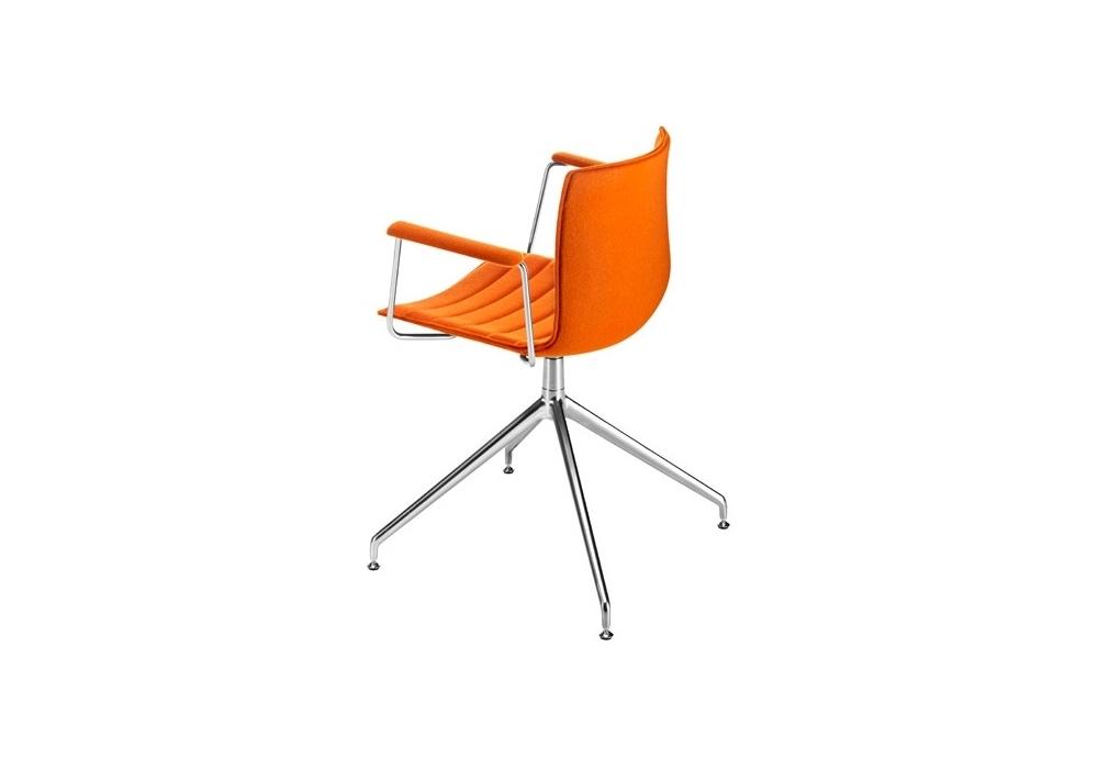 Catifa 46 arper gepolstert stuhl auf drehbarem spinnenfu for Stuhl gepolstert